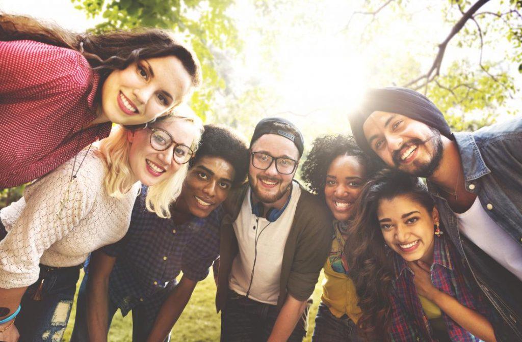 happy-group-of-friends-1024x672 روشهای شاد بودن